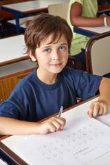 Schüler löst Test in Grundschule