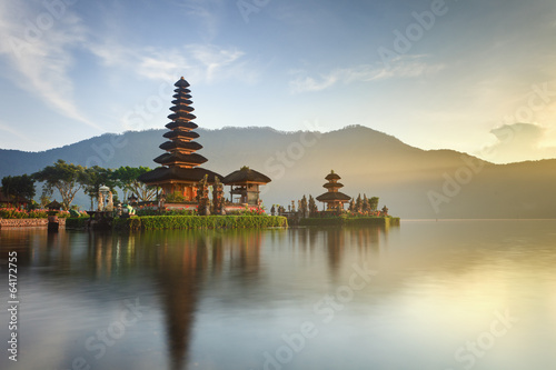 Leinwanddruck Bild Ulun Danu temple on Bratan lake, Bali, Indonesia