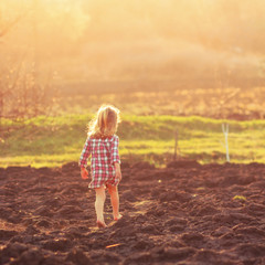 девочка идет по земле