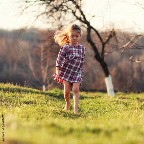 Девочка бежит по земле