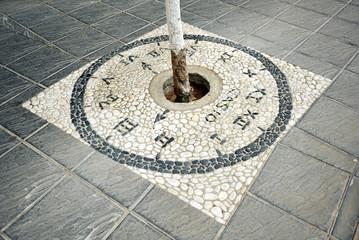 Alcorque decorativo en la acera de la calle