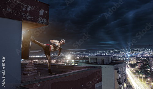 Foto op Plexiglas Vechtsport Young man boxing training , on top of the house above the city
