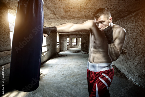 Foto op Plexiglas Vechtsport Young man boxing workout in an old building