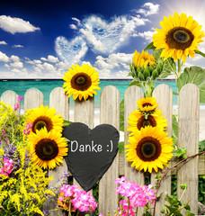 Danke :) Schiefertafel am Gartenzaun mit Sonnenblumen