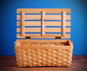 cestino da pic nic sul tavolo di legno