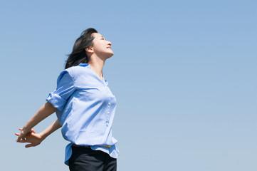 青空を背景にした女性