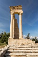 Escalier, colonne et temple dans le sanctuaire d'Apollon