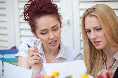Dwie kobiety biznesu na przerwie kawowej