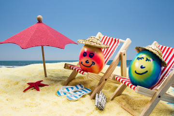 Ostereier machen Urlaub an Strand