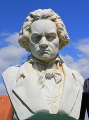 Buste de Ludwig van Beethoven sur un ciel bleu