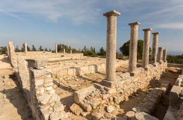 Vestiges et colonnes dans le sanctuaire d'Apollon