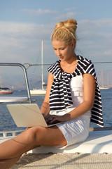 Frau chattet auf einem Segelboot