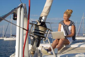 Frau arbeitet im Urlaub mit dem Laptop