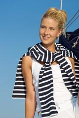 Attraktive schöne Frau auf einem Segelschiff
