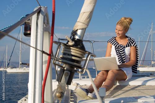 canvas print picture Frau arbeitet im Urlaub mit dem Laptop