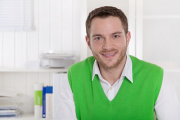 Lachender Geschäftsmann in Grün