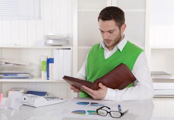 Business Mann liest in seinem Terminplan