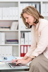 elegante geschäftsfrau arbeitet am laptop