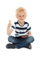 Kleiner Junge mit Tablet Computer