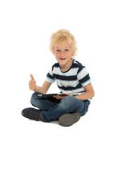 Positiver kleiner Junge mit Tablet Computer