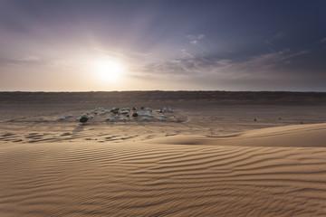 Sonnenuntergang über dem Wüstencamp im Oman