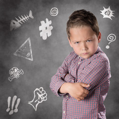 Verärgerter Junge mit Ärgersymbolen