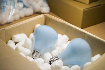 梱包された電球