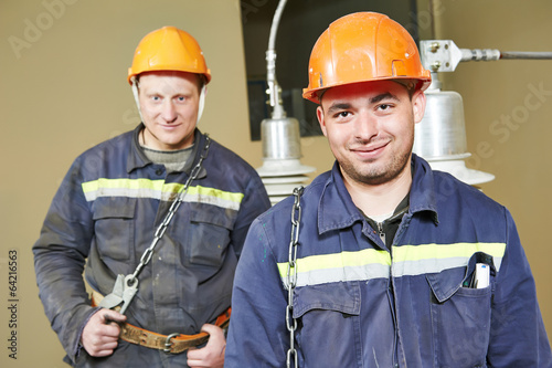 electricians workers - 64216563