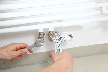 hand mit werkzeug badezimmer