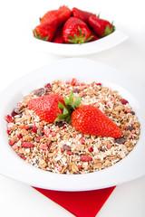 Fruchtmüsli mit frischen Erdbeeren