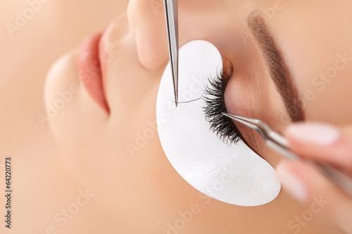 Poster Frau Auge mit langen Wimpern. Wimpernverlängerung