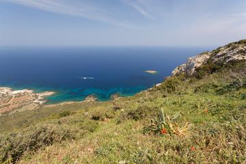 Mer méditerranée turquoise et côte de Chypre