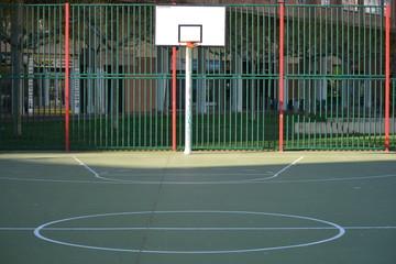 canasta de baloncesto en las calles de una ciudad