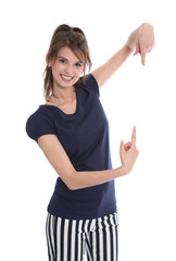 Hübsches Mädchen zeigt mit dem Zeigefinger auf ein Schild