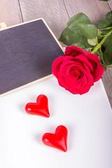 Schale mit roter Rose, Freitexttafel und Herzen