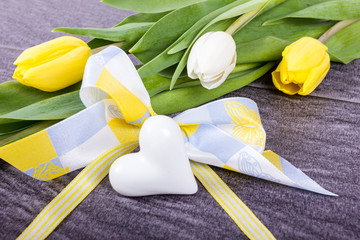 Schleife mit weißem Herz und Tulpen