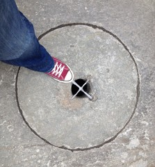 piede sul tombino in pietra