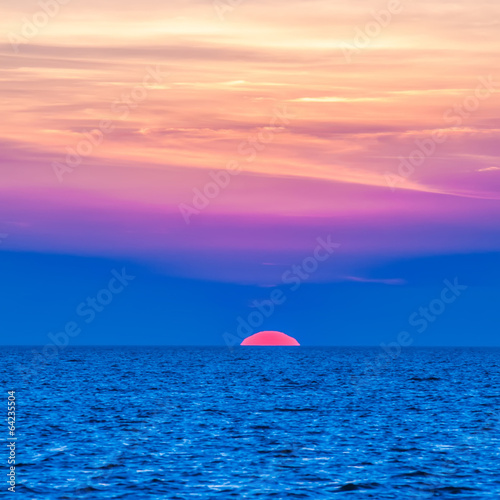 Papiers peints Cote sunset at sea with multiple color prizm
