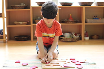 Montessori sensorial blind folded shape