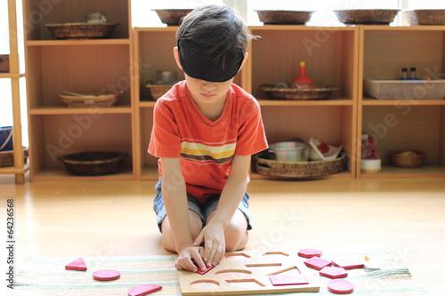 Montessori sensorial blind folded shape