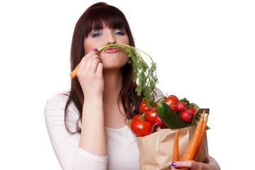 glückliche Frau mit Papier Einkaufstasche voll von Bio-Gemüse