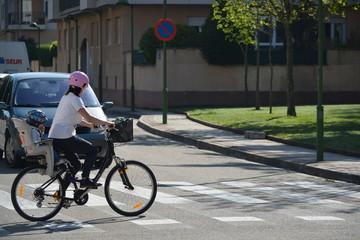 madre paseando en bicicleta con su hijo
