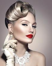 rétro femme de beauté avec le maquillage et la coiffure parfaite