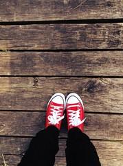 scarpe rosse su pedana in legno