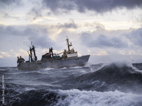 In de dag Onweer Fishing ship in strong storm.
