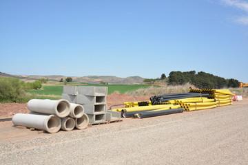 tubos y material de construccion para obra en carretera