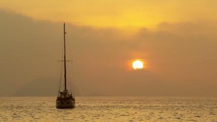 Лодка в море во время заката солнца
