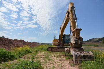 maquina excavadora trabajando en obra publica