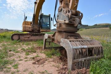 maquina excavadora haciendo agujero en el suelo