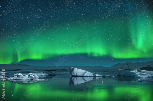 Fotobehang Gletsjers Icebergs under Northern Lights